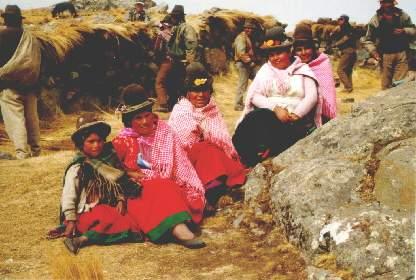 Kyläläiset odottamassa kyläkokouksen alkua Kumaran kylässä Boliviassa