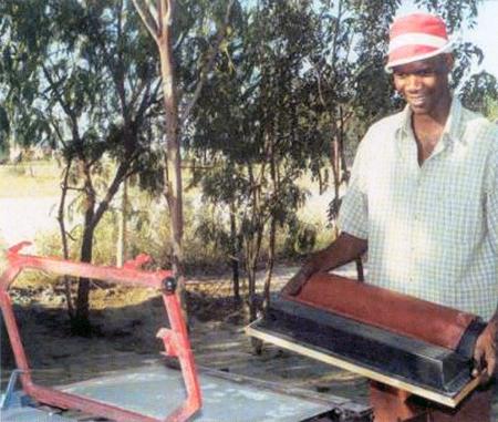 Ensimmäiset tiilet tuotannossa vuona 2001 Eco-Centren puutarhatontilla.